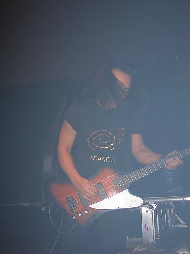el guitarrista de fangora con la camiseta de franc3s puesta